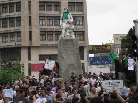 فردوسی با شال سبز در تظاهرات 28 خرداد