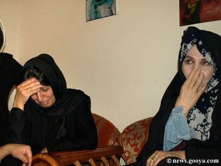 زهرا رهنورد همراه با مادر سهراب اعرابی میگرید