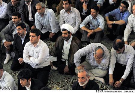 مزدوران احمدی نژاد و خامنه ای در نمازجمعه را نگاه کنید : وای که ما چه غریب افتادیم امروز