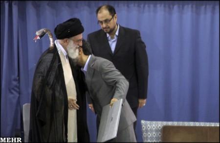 احمدی نژاد : قربون اون مارت برم ای پدر عزیزم